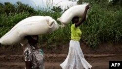 Congolaises transportant des sacs de nourriture lors d'une distribution de nourriture à Kasala, dans la région du Kasaï, RDC, 25 octobre 2017.