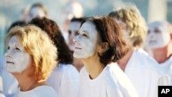 Người biểu tình thuộc Tổ chức Hòa bình xanh tô trắng mặt để nêu bật hiện tượng san hô bị tẩy trắng ở Sydney, 22/4/2016.