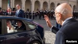El presidente italiano Giorgio Napolitano, derecha, despide al papa Francisco, quien llegó en un Ford Focus sin mayor escolta de seguridad.