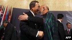 Встреча на саммите НАТО: президент Афганистана Хамид Карзай и Генеральный секретарь ООН Пан Ги Мун.