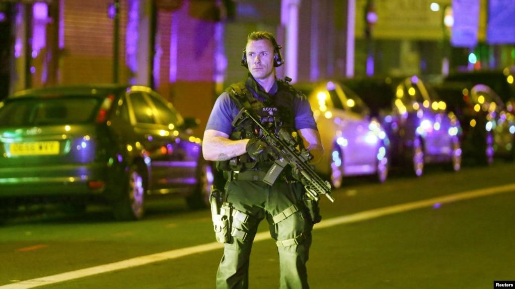 Một cảnh sát vũ trang Anh tại hiện trường ở London hôm 19/6.
