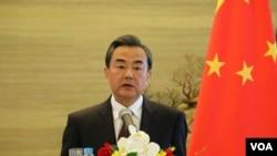 中国外长王毅在记者会上(美国之音莉雅拍摄 2015年5月15日)