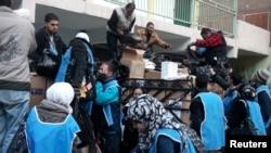 ۲۰۱۴ :د فلسطین یارموک کمپ کې فلسطینیانو ته د ملګروملتونو کمکونه توزیع کیږي