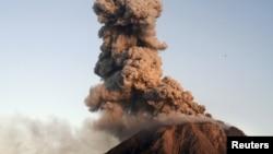 Gunung Sinabung mengepulkan asap dan lava dalam letusan yang terlihat dari desa Tiga Serangkai di kabupaten Karo, Sumatera Utara, Januari 2016.