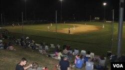 Los aficionados se reúnen para ver a los Orleans Firebirds durante la Liga de Baseball de Cape Cod en verano. (VOA/D. Gruenbaum)