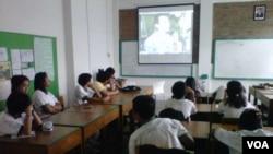 Siswa-siswi SMP Tumbuh Yogyakarta sedang menyaksikan video interaktif yang digunakan guru mata pelajaran Pendidikan Kewarganegaraan untuk menjelaskan bahasan seputar korupsi. (VOA/Nurhadi)