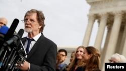 """Jack Phillips, un artista pastelero, habla con la prensa luego de los argumentos orales en el caso """"Masterpiece Cakeshop vs. Colorado Civil Rights Commission"""", que la Corte Suprema de EE.UU. decidió a su favor el lunes 4 de junio de 2018. Foto de archivo (Dic. 5, 2017)."""