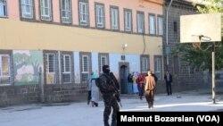 یک مامور پلیس در دیاربکر در یک مدرسه ابتدایی - آرشیو
