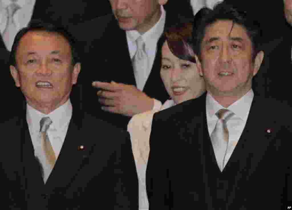 26일 취임식에서 나란히 서 있는 아베 신조 일본 신임 총리(오른쪽)와 아소 타로 신임 부총리 겸 재무 금융상.