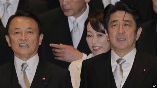 Lời kêu gọi được đưa ra sau khi ông Abe (phải) được Hạ Viện chọn làm Thủ tướng nhờ thắng lợi của đảng ông trong cuộc bầu cử mới đây.