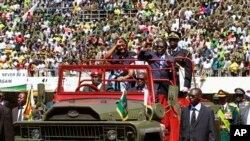 Le président Robert Mugabe et sa femme Grace lors de l'inauguration à Harare, le 22 août 2013.