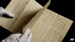 Manuskrip baru berisi dongeng karya Hans Christian Andersen. (AP/POLFOTO, Martin Bubandt)