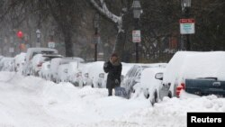 Seorang pengemudi di Boston, Massachusetts harus membersihkan salju yang mengubur mobilnya pasca hantaman badai, 3 Januari 2013 (Foto: dok).