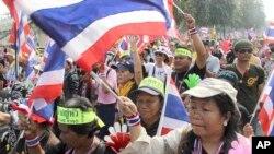 Người biểu tình chống chính phủ phất cờ, tuần hành qua các đường phố ở thủ đô Bangkok, ngày 7/1/2014.