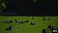Les gens s'assoient dans l'herbe à Central Park le 15 octobre 2020 à New York.
