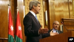John Kerry dio una rueda de prensa en la capital jordana junto con el canciller de ese país, Nasser Judeh.