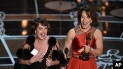 """Nhà làm phim Dana Perry (trái) nói về vấn đề tự vẫn khi bà lên nhận giải Oscar cho phim tài liệu """"Crisis Hotline: Veterans Press 1."""""""