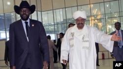 Le président sud-soudanais Salva Kiir (à g.) est reçu en octobre 2011 à Khartoum par son homologue soudanais Omar Béchir