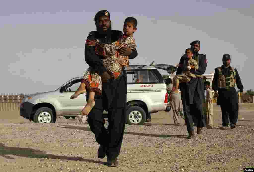 Lực lượng bán quân sự Pakistan đưa nạn nhân đến các trạm chữa trị sau trận động đất trong tỉnh Baluchistan, gần biên giới Iran.
