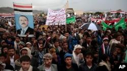 ພວກສະໜັບສະໜູນ ກຸ່ມກະບົດ Houthi ນິກາຍ Shi'ite ແລະ ອະດີດປະທານາທິບໍດີ ເຢເມນ ທ່ານ Ali Abdullah Saleh, ເຂົ້າຮ່ວມໃນການຊຸມນຸມເພື່ອສະເຫຼີມສະຫຼອງ ຂໍ້ຕົກລົງທີ່ໄດ້ຖືກບັນລຸໂດຍທ່ານ Saleh ແລະ ພວກ Houthis ເພື່ອກໍ່ຕັ້ງສະພາການເມືອງ ເພື່ອປົກຄອງປະເທດໂດຍຝ່າຍດຽວ ໃນນະຄອນຫຼວງ Sana'a, 1 ສິງຫາ, 2016.
