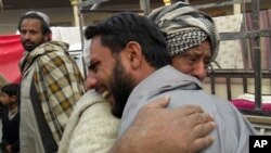 ຜູ້ຄົນພາກັນສະແດງຄວາມເສົ້າເສຍໃຈ ຕໍ່ການເສຍຊີວິດ ຂອງສະມາຊິກໃນຄອບຄົວ ລຸນຫຼັງການໂຈມຕີ ສະລະຊີບ ທີ່ເມືອງ Spin Boldak ໃນແຂວງ Helmand (7 ມັງກອນ 2011)