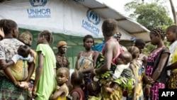 Dân ở Côte d'Ivoire chạy lánh nạn đang chờ đăng ký vào trại tạm cư ở Liberia