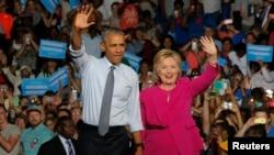 Prezidan ameriken an, Barack Obama, ki te kanpe bò kote kandida a la prezidans Pati Demokrat la, Hillary Clinton, pandan Madam Clinton tap mennen kanpay nan vil Charlotte nan Kawolin di Nò nan dat 5 jiyè 2016 la. (Foto: Dosye)