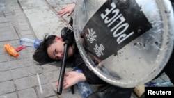 Cảnh sát bắt một người biểu tình ở Hong Kong vì đã hạ lá cờ Trung Quốc xuống trong cuộc biểu tình ủng hộ người Uighur hôm 22/12/2019.