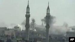 Hình ảnh từ YouTube ngày 17 tháng 4, 2012 cho thấy khói bốc lên sau các vụ pháo kích của lực lượng chính phủ Syria vào thị trấn Khalidiya trong thành phố Homs