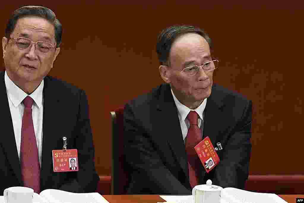 2017年10月18日,中纪委书记和政治局常委王岐山和政治局常委俞正声(左)在中国共产党第十九次全国代表大会开幕式上。2018年1月29日,王岐山当选湖南省118名全国人大代表之一。 有消息人士说,王岐山很可能担任国家副主席。 四位要求匿名的消息人士援引和中国高层官员的谈话,告诉纽约时报这一消息。他们分别是中国政府官员、经常与北京政界高层会晤的美籍华裔企业高管、见过王岐山的外国总裁,以及多次与王会面的前美国官员。 这个图集后面还有有关图片和信息.