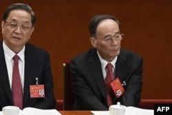 2017年10月18日,中纪委书记和政治局常委王岐山和政治局常委俞正声(左)在中国共产党第十九次全国代表大会开幕式上。