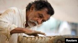 """ARCHIVO - El artista plástico mexicano Francisco Toledo trabaja en su escultura """"La Lagartera"""", en Monterrey, México, el 18 de julio de 2008. Toledo falleció el jueves 5 de septiembre de 2019. Reuters/Tomás Bravo."""