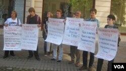 Участники одиночных пикетов в Санкт-Петербурге. 25 августа 2013 г.