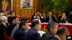 El presidente de Venezuela, Nicolás Maduro, recibió a los cancilleres de UNASUR y miembros de la oposición del país para inciar el primer diálogo de paz.