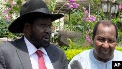 Presiden Sudan Selatan Salva Kiir (kiri) berbicara kepada media di ibukota Juba (foto: dok).