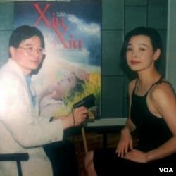 在影片《天浴》的海报前面,演员陈冲接受美国之音采访,陈冲说她当年在走红中国的时候到美国好莱坞发展,被国人视为背叛。(美国之音拍摄)
