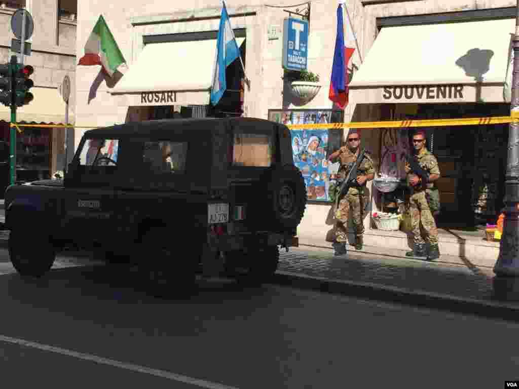 Servicios de seguridad del Vaticano custodiaron la ceremonia. [Foto: Celia Mendoza, VOA].