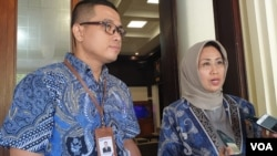 Anggota Ombudsman Ninik Rahayu dan pegawai Ombudsman usai bertemu Menko Polhukam Wiranto di Kemenko Polhukam, Jakarta, Selasa (26/2/2019). (Foto: VOA/Sasmito)