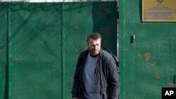Nhà hoạt động đối lập Nga Alexei Navalny rời khỏi trại giam ở Moscow, Nga, 6/3/2015.