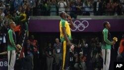 ဂ်ေမကာ အေျပးသမား ေရႊတံဆိပ္ဆုရွင္ Usain Bolt (အလယ္)။