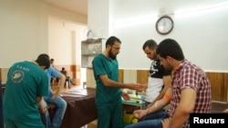 Tibb işçiləri yaralılar üçün qan toplayır. Dael, Dəra Quberniyası, Suriya. 1 may, 2016.