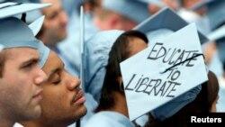 资料照:纽约哥伦比亚大学工程学院的一名毕业生在毕业典礼上打瞌睡。(2012年2月16日)
