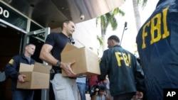 联邦调查局人员搜查位于佛罗里达州迈阿密的中北美和加勒比地区足球联合会的办公室。(2015年5月27日)