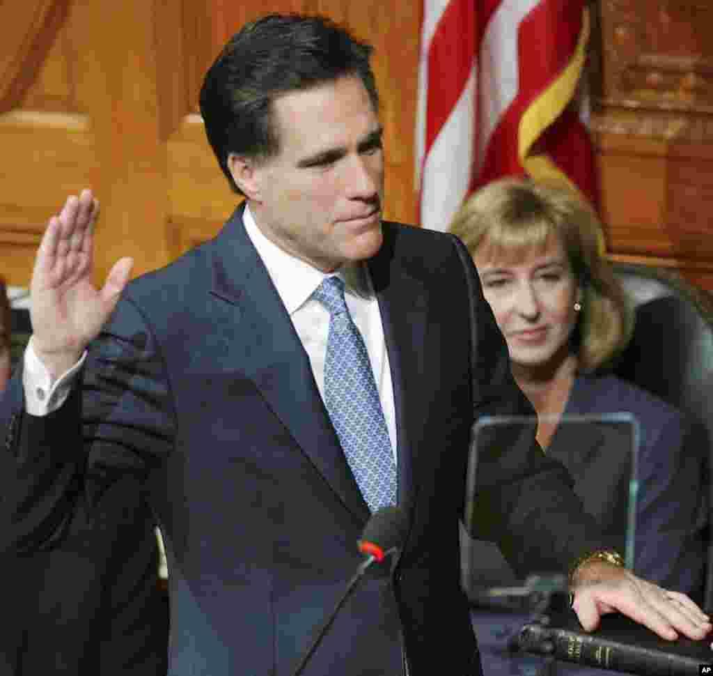 Mitt Romney, en compagnie de la vice-gouverneure élue Kerry Healy, prêtant serment à Boston le 2 janvier 2003