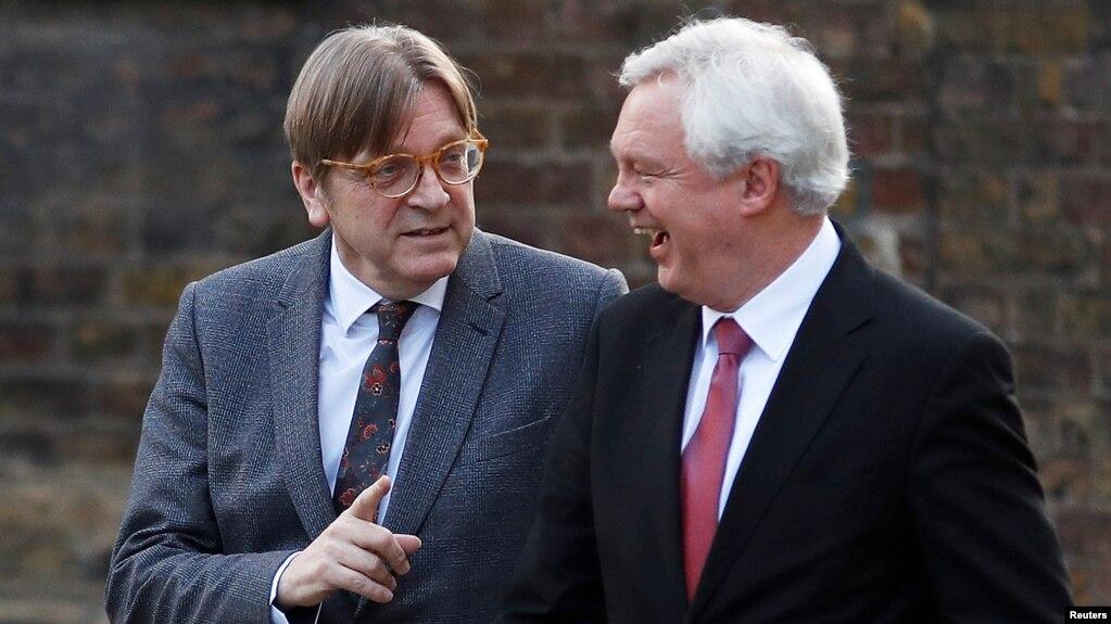 """Ґі Верговстадт, колишній прем'єр-міністр Бельгії, який у Європарламенті очолює """"Альянс лібералів та демократів за Європу"""", розмовляє з британським міністром у справах виходу з ЄС Дейвідом Дейвісом. Лондон, 6 березня 2018 р."""