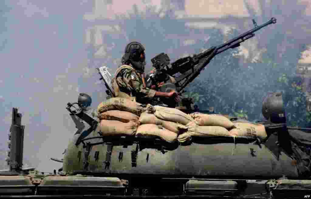 تانک نیروهای امنیتی لبنان در حال موقعیت گيری در شهر شمالی طرابلس پس از درگیری میان جناح های طرفدار و مخالف رژيم سوريه.AFP