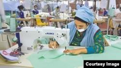 دنیا بھر میں ملبوسات کے شعبے سے خواتین کارکنوں کی ایک بڑی تعداد وابستہ ہے۔ فائل فوٹو