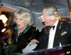 Британський принц Чарльз і Камілла, герцогиня Корнуольська, реагують, коли на їхній автомобіль нападають розлючені протестувальники в Лондоні.