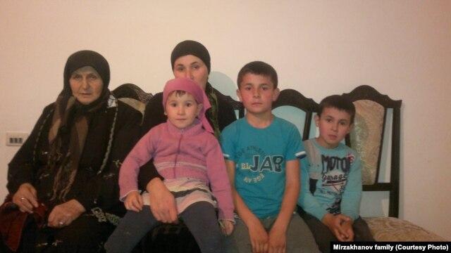 Маисат Мирзаханова с вдовой и детьми сына. Никто не садится на пустующий стул отца семейства