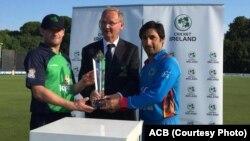 کپتان های تیم ملی کریکت افغانستان و آیرلند که جام این رقابت ها را مشترکاً صاحب شدند.
